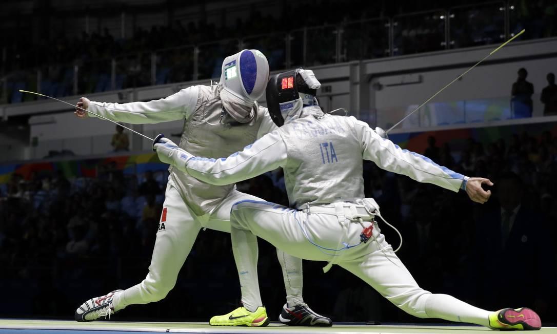 O francês Jeremy Cadot (à esquerda) e o italiano Andrea Cassara durante a competição Andrew Medichini / AP