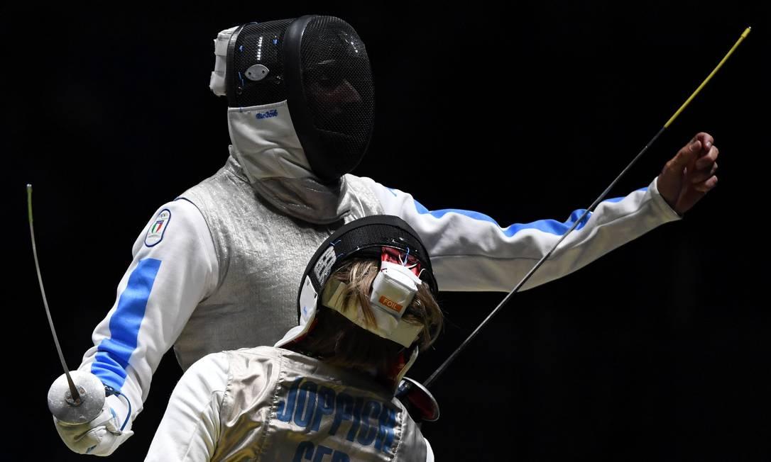 O italiano Giorgio Avola (à esquerda) e o alemão Peter Joppich durante disputa na Arena Carioca 3 KIRILL KUDRYAVTSEV / AFP