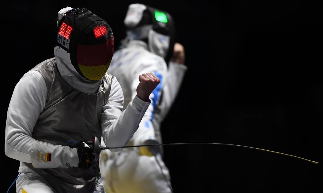 O italiano Giorgio Avola (à direita) enfrenta o alemão Peter Joppich no florete individual KIRILL KUDRYAVTSEV / AFP