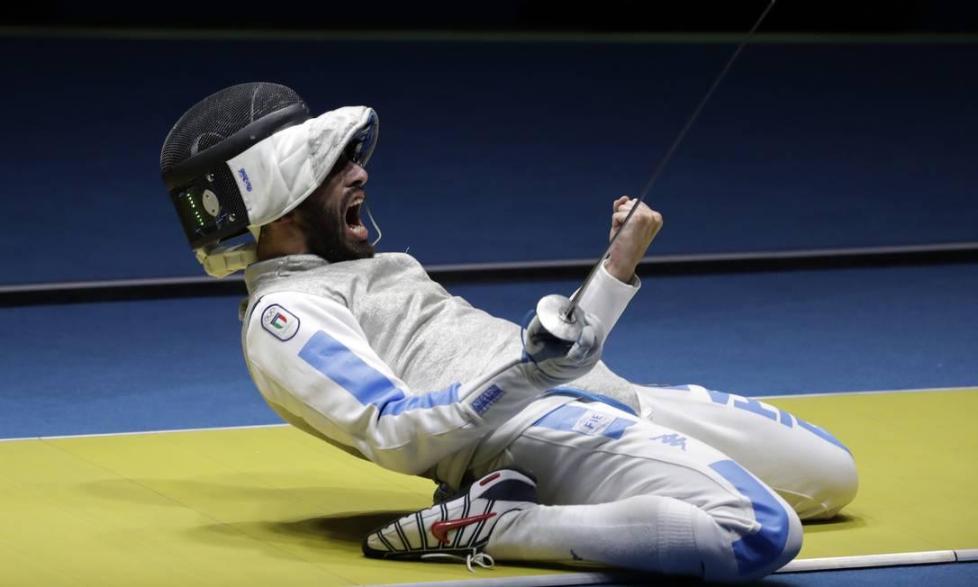 O italiano Andrea Avola celebra a vitória diante do alemão Peter Joppich Andrew Medichini / AP