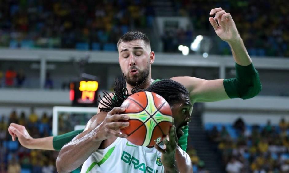 Jogadores de basquete do Brasil e da Lituânia durante a partida Foto: Marcelo Carnaval / Agência O Globo