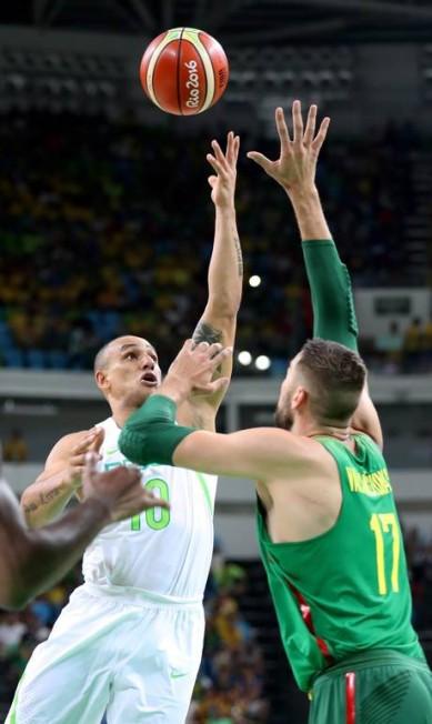 O Brasil perdeu para a Lituânia por 82 a 76 na estreia dos times nos Jogos Marcelo Carnaval / Agência O Globo