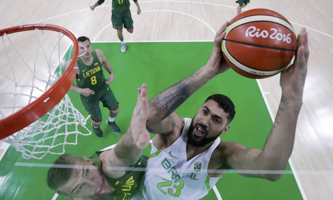 O lituano Domantas Sabonis tenta evitar que o brasileiro Augusto Lima faça uma cesta POOL / REUTERS
