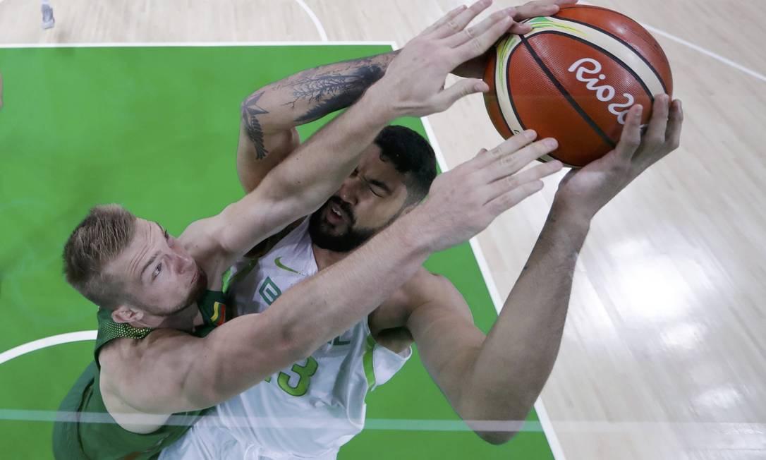 O brasileiro Augusto Lima (à esquerda) e o lituano Domantas Sabonis na primeira fase do basquete nos Jogos Olímpicos POOL / REUTERS