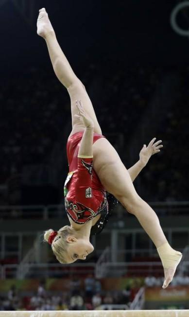 A atleta alemã Elisabeth Seitz se apresenta na barra assimétrica durante a fase classificatória Rebecca Blackwell / AP