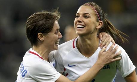 Meghan Klingenberg (à esquerda) e Alex Morgan, da equipe de futebol dos Estados Unidos Foto: MARIANA BAZO / REUTERS