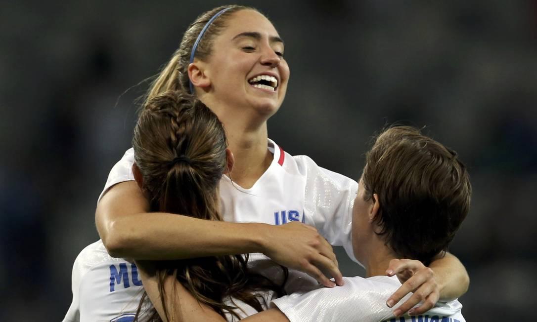 Alex Morgan abraça as companheiras da seleção americana de futebol após o gol contra a Nova Zelândia MARIANA BAZO / REUTERS