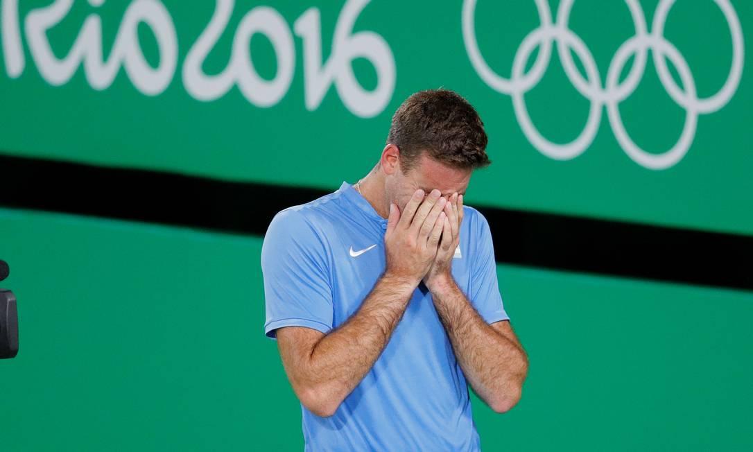 O argentino Juan Martin del Potro chora após derrotar o sérvio Novak Djokovic no tênis Vadim Ghirda / AP