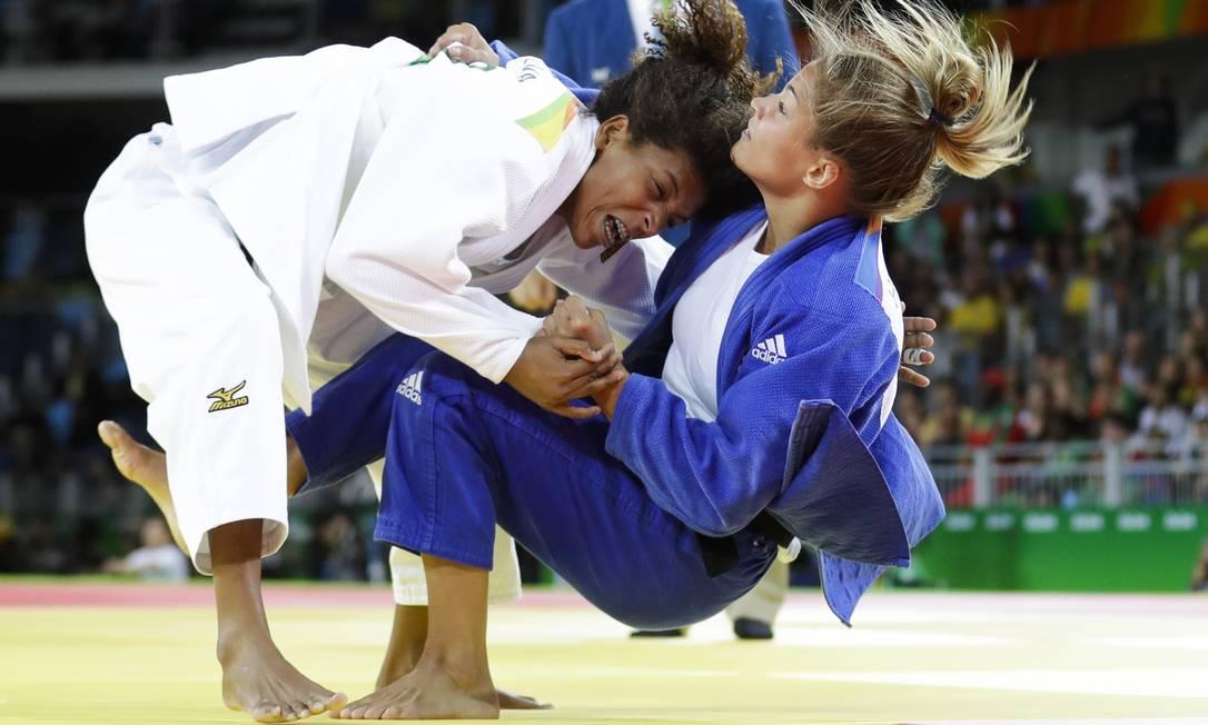 Rafaela Silva (à esquerda) e a húngara Hungary's Hedvig Karakas lutam na categoria até 57 quilos Markus Schreiber / AP