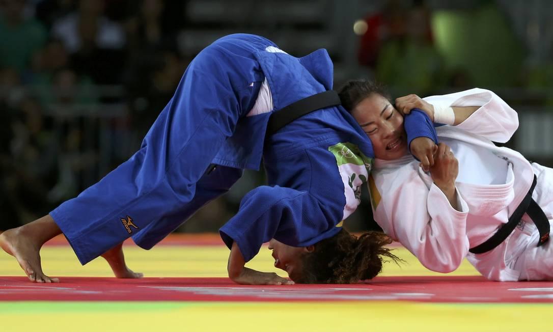 Rafaela Silva (de azul) durante a final contra Sumiya Dorjsuren, da Mongólia TORU HANAI / REUTERS