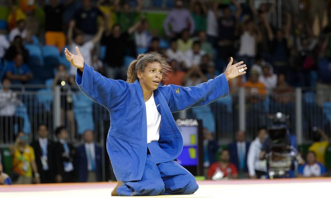 Rafaela Silva, no chão, celebra a conquista da medalha de ouro Markus Schreiber / AP