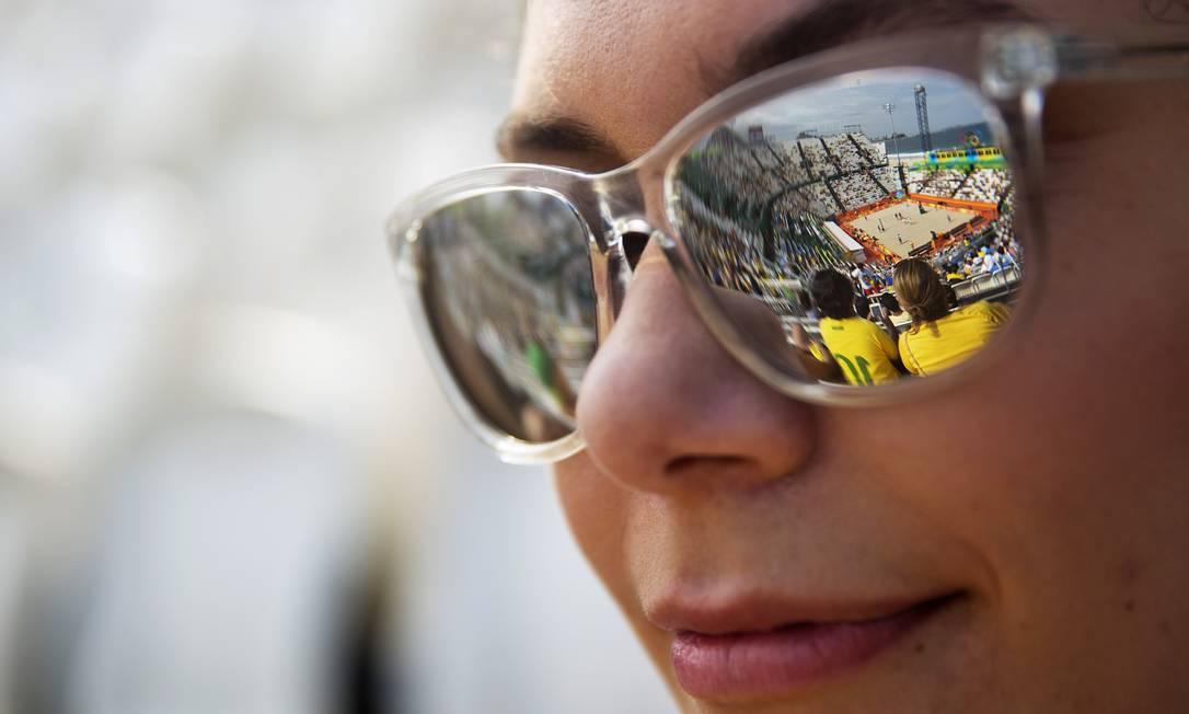 O reflexo da arena de Copacabana e da partida que ali acontece nos óculos de uma torcedora David Goldman / AP