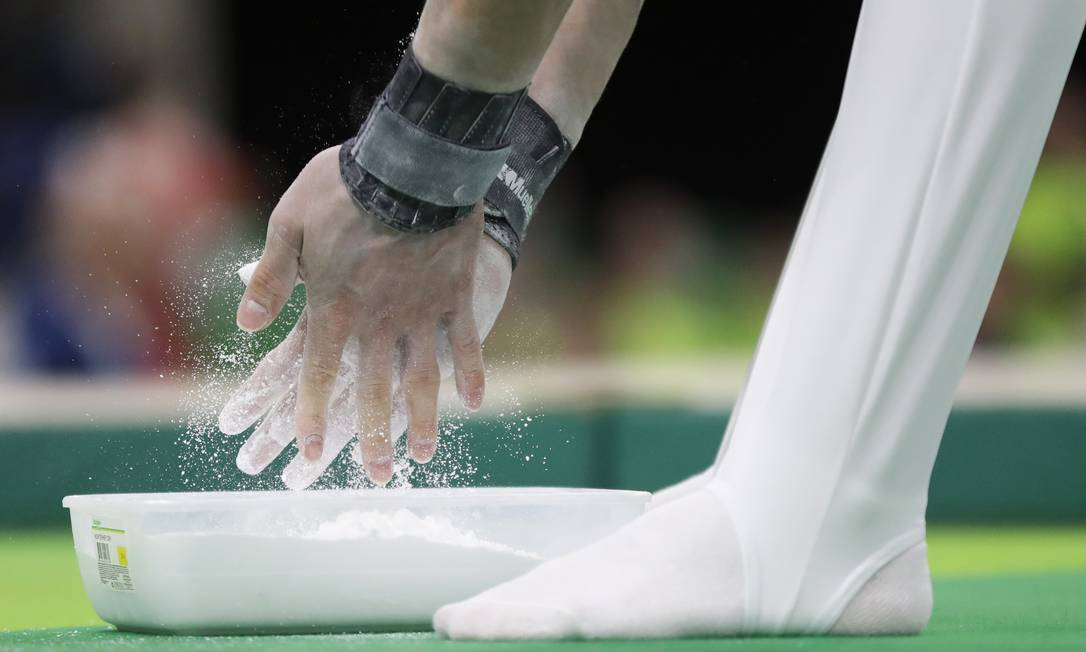 A russa Nikolai Kuksenkov se prepara para sua apresentação de ginástica na Arena Olímpica do Rio, na Barra Julio Cortez / AP