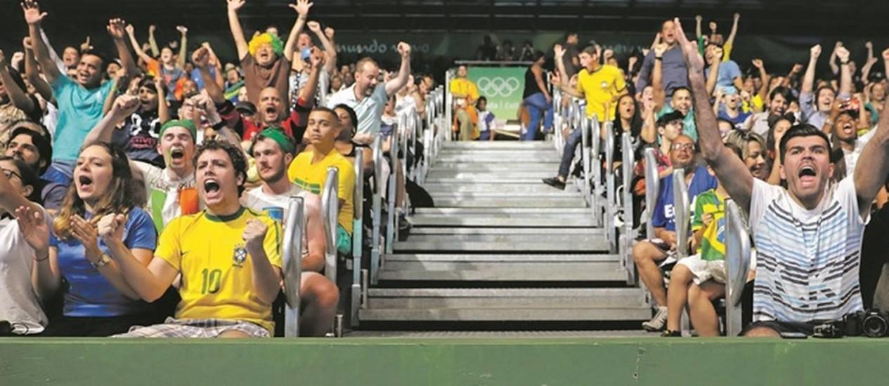 Resultado de imagem para grande torcida na arquibancada brasil