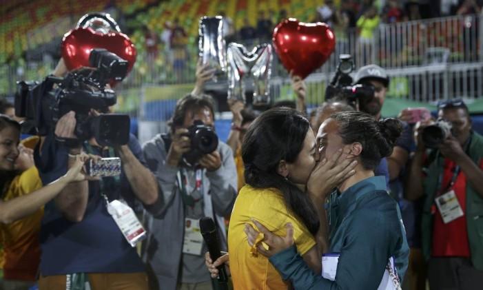 A jogadora de rúgbi do Brasil, Isadora Cerullo (de amarelo) recebe um beijo e um pedido de casamento da namorada, e voluntária nos Jogos, Marjorie Enya Foto: ALESSANDRO BIANCHI / REUTERS