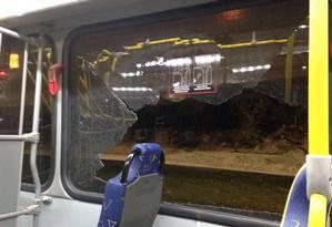 Ônibus do Comitê é apedrejado e estilhaça o vidro de uma das janelas Foto: Tatiana Furtado/OGlobo