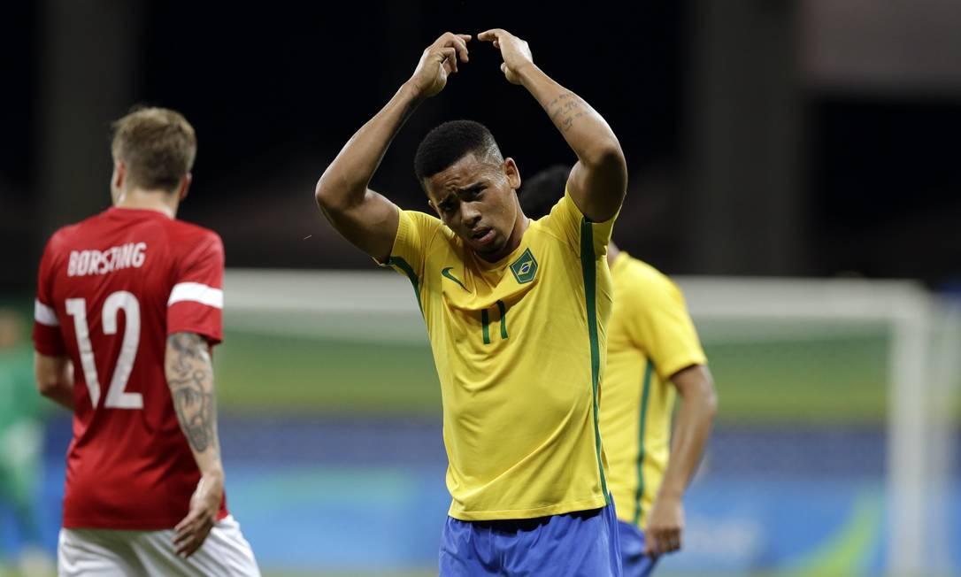 Gabriel de Jesus lamenta uma oportunidade perdida durante a partida entre Brasil e Dinamarca, em Salvador Leo Correa / AP