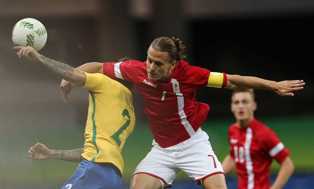 O dinamarquês Lasse Vibe disputa a bola com Zeca FERNANDO DONASCI / REUTERS