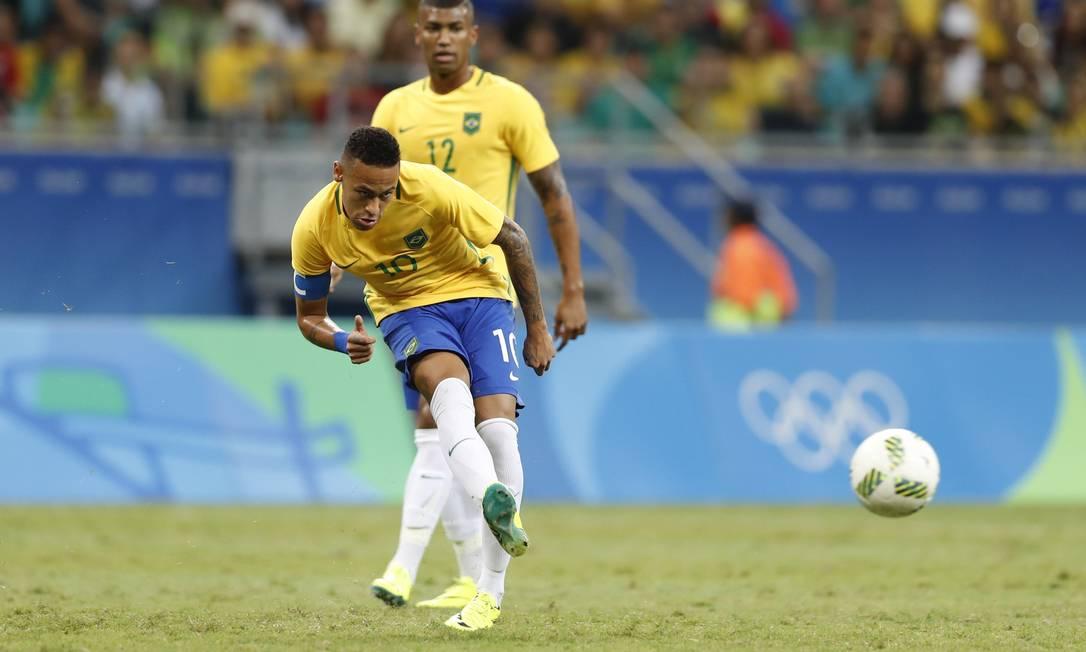 Passe de Neymar (com Wallace ao fundo) no primeiro tempo do jogo entre Brasil e Dinamarca ANTONIO SCORZA / Agência O Globo