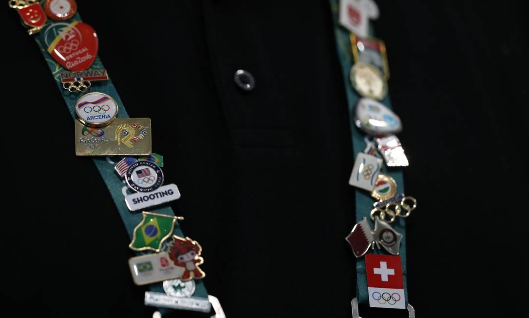 Homem transforma seus diversos pins em um colar Hassan Ammar / AP