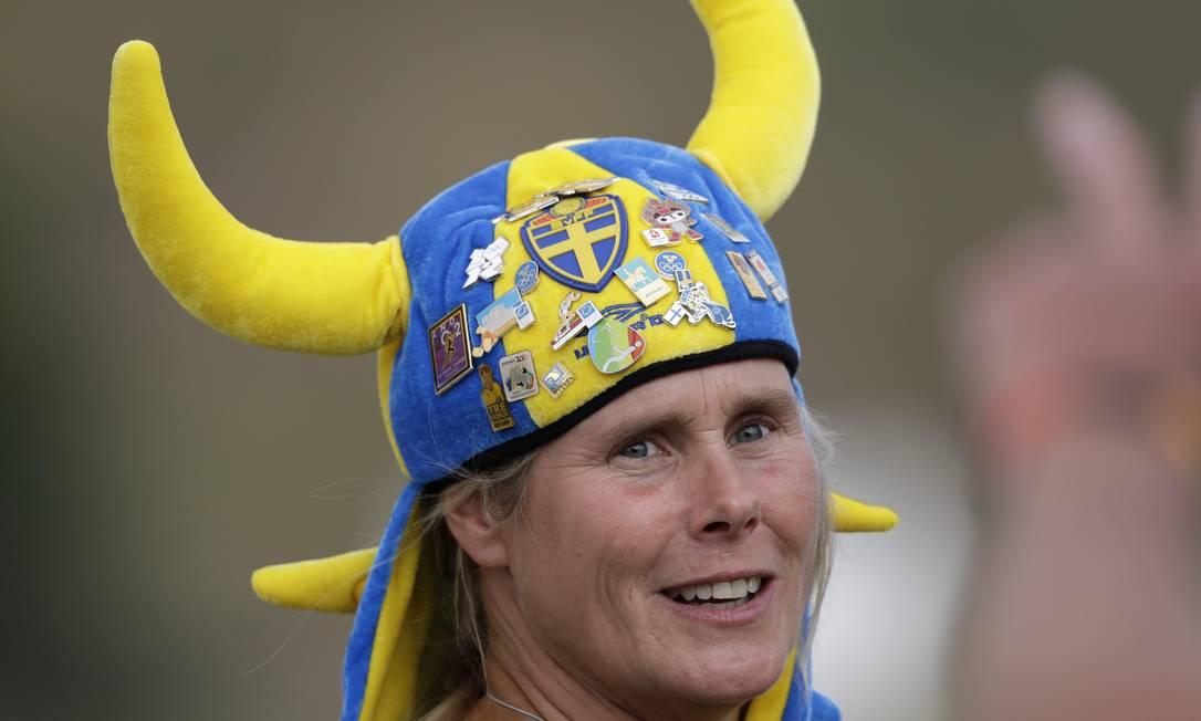 A sueca Katarina Gustafsson usa um chapéu estilo com vários pins Robert F. Bukaty / AP