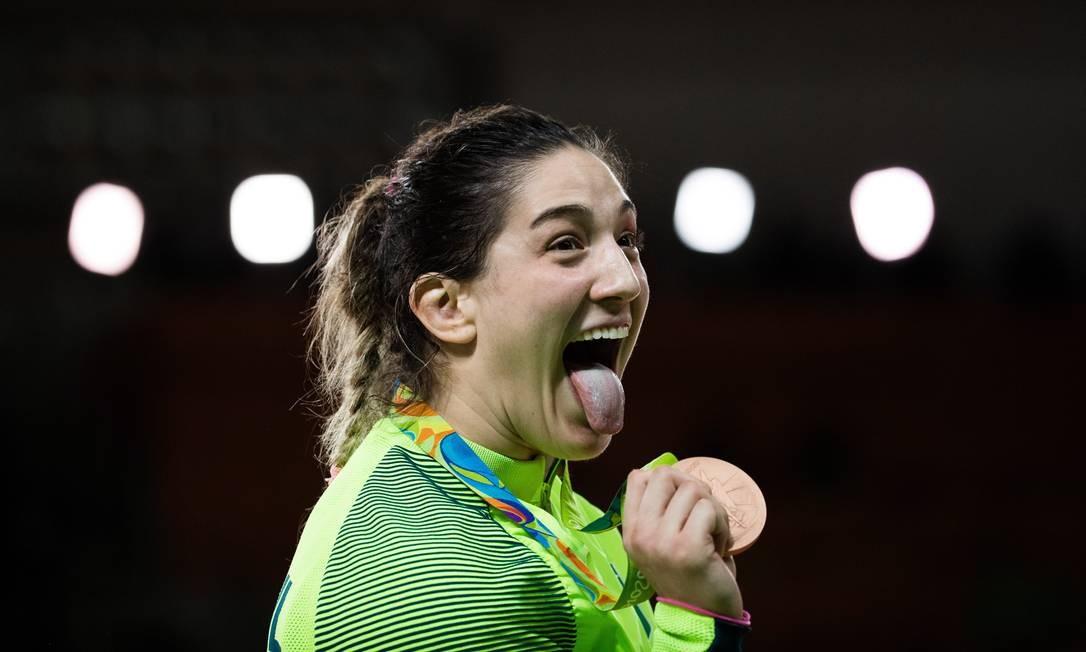 Já com a medalha de bronze na mão, Mayra Aguiar faz careta de felicidade Danilo Verpa / Folha de S.Paulo/NOPP