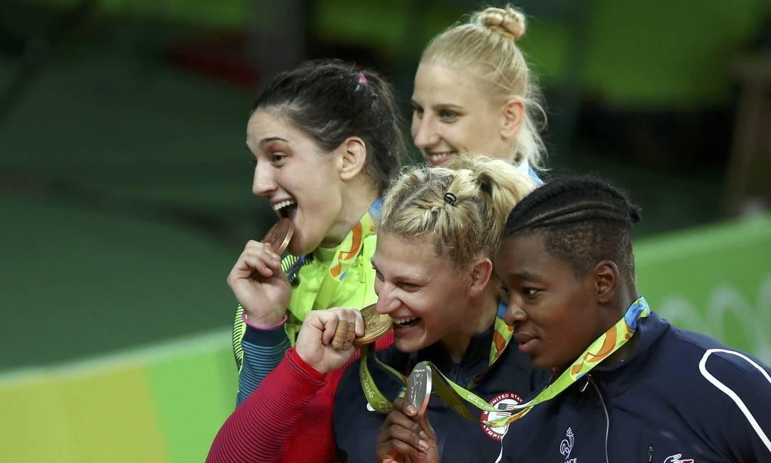 As medalhistas olímpicas ao lado de Mayra Aguiar TORU HANAI / REUTERS