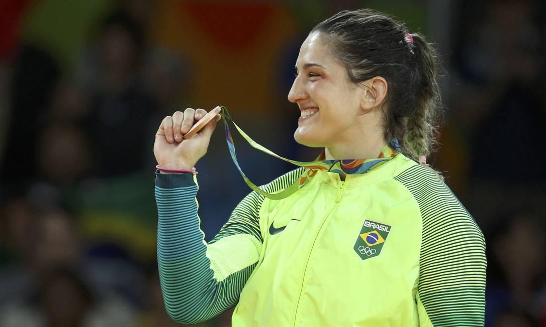 Mayra Aguiar com a medalha de bronze na cerimônia de premiação STOYAN NENOV / REUTERS