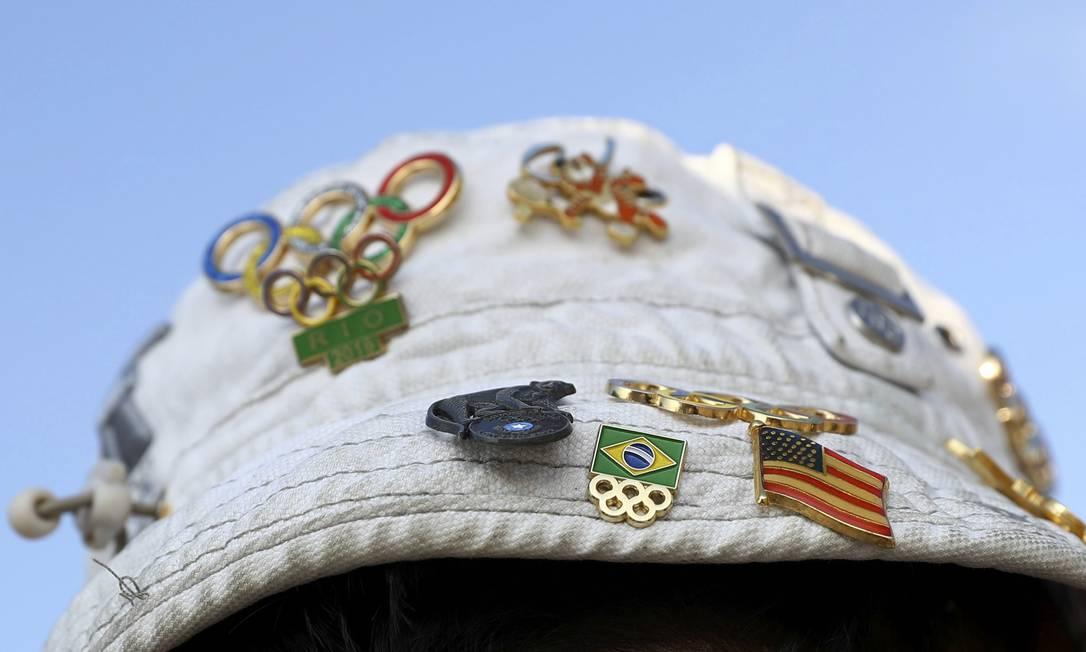 Boné com pins que fazerm referência aos Jogos do Rio, entre outros KAI PFAFFENBACH / REUTERS