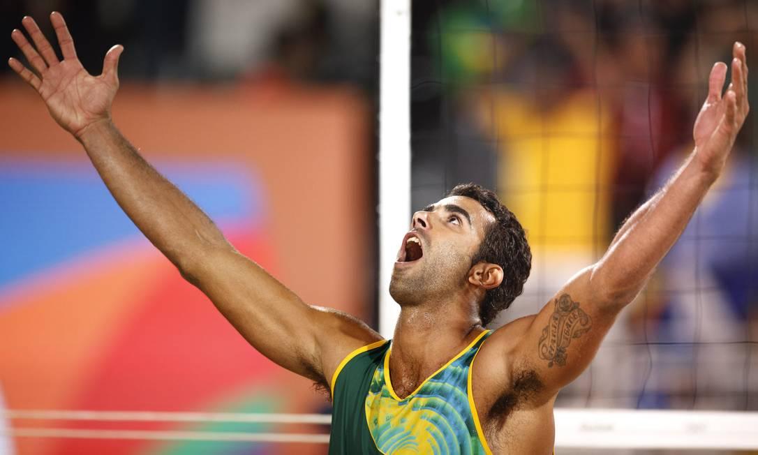 Pedro Solberg comemora a classificação para as oitavas de final. Dupla brasileira ficou em segundo no Grupo D Daniel Marenco / Agência O Globo