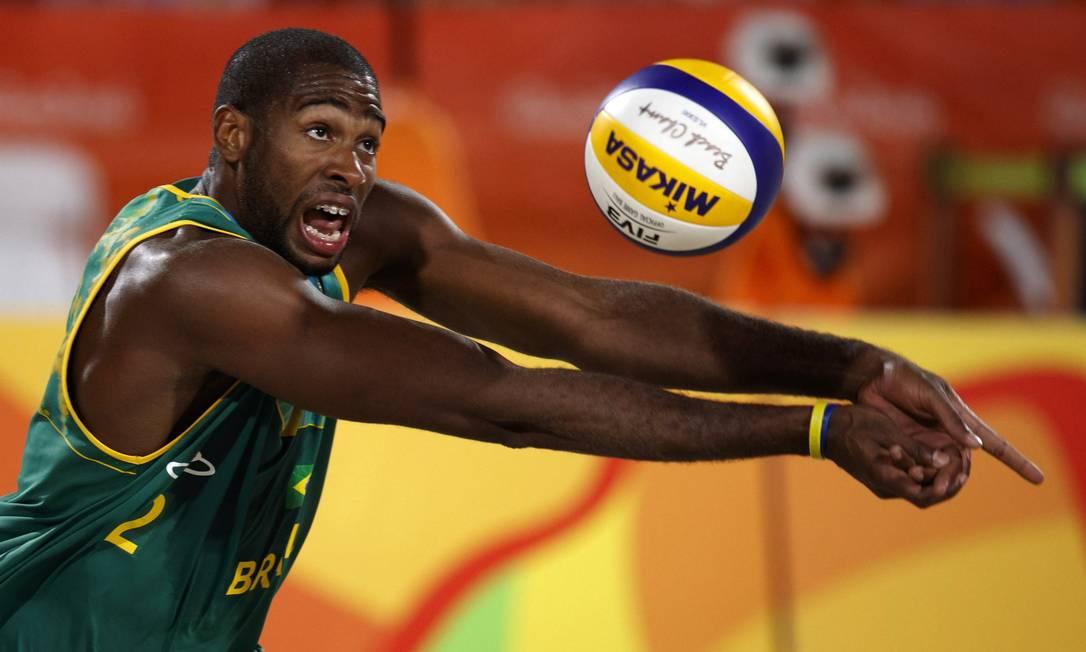 Evandro defende uma bola durante a partida contra a Letônia na Arena Copcabana Daniel Marenco / Agência O Globo