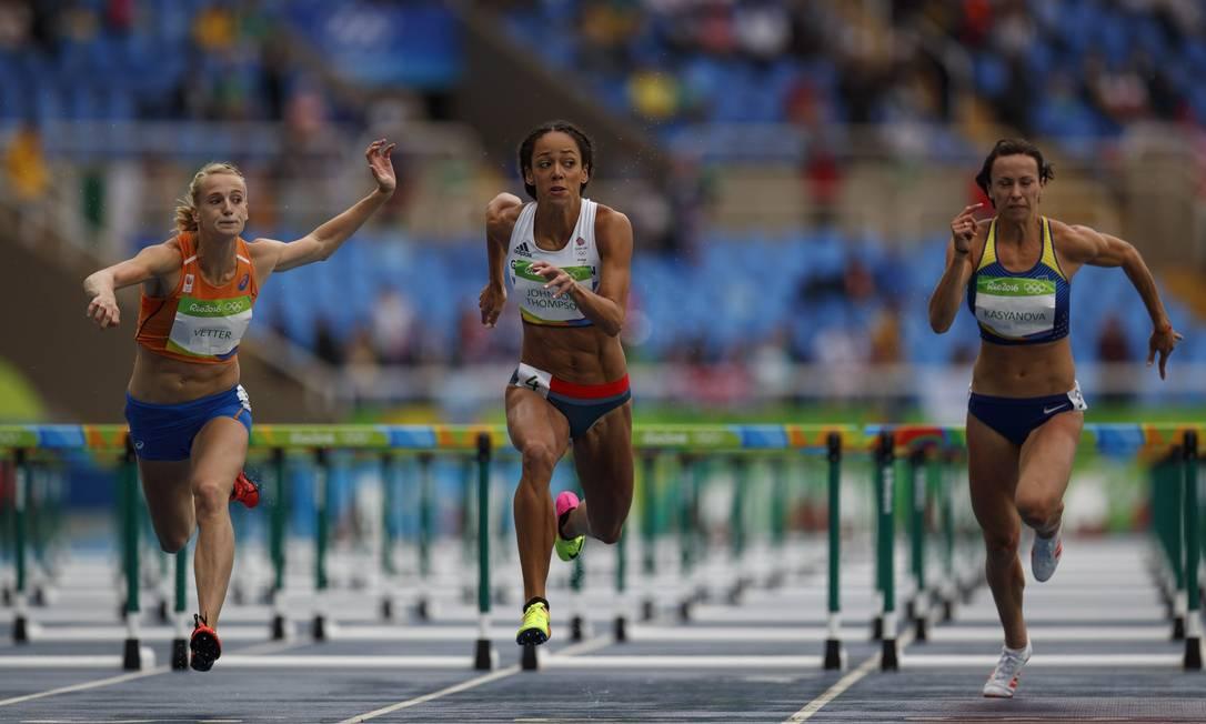 As atletas observam umas as outras durante a uma das eliminatórias dos 100 metros com barreira no Engenhão Daniel Marenco / Agência O Globo