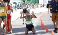Caio Bonfim se ajoelha após cruzar a linha de chegada Foto: Robert F. Bukaty / AP