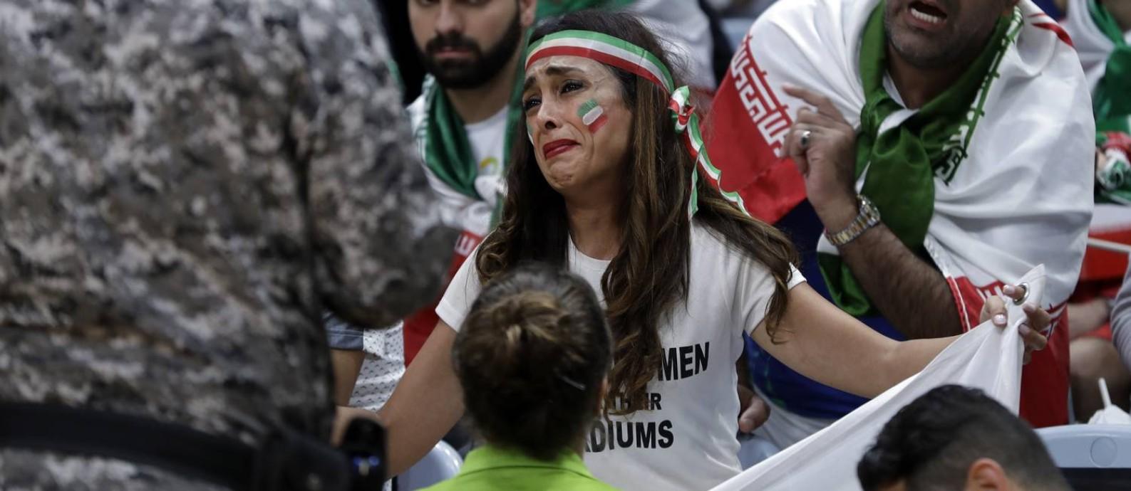 Darya Safai chorou ao ser proibida de protestar pelo direito das mulheres iranianas a frequentar estádios em seu país Foto: Jeff Roberson / AP