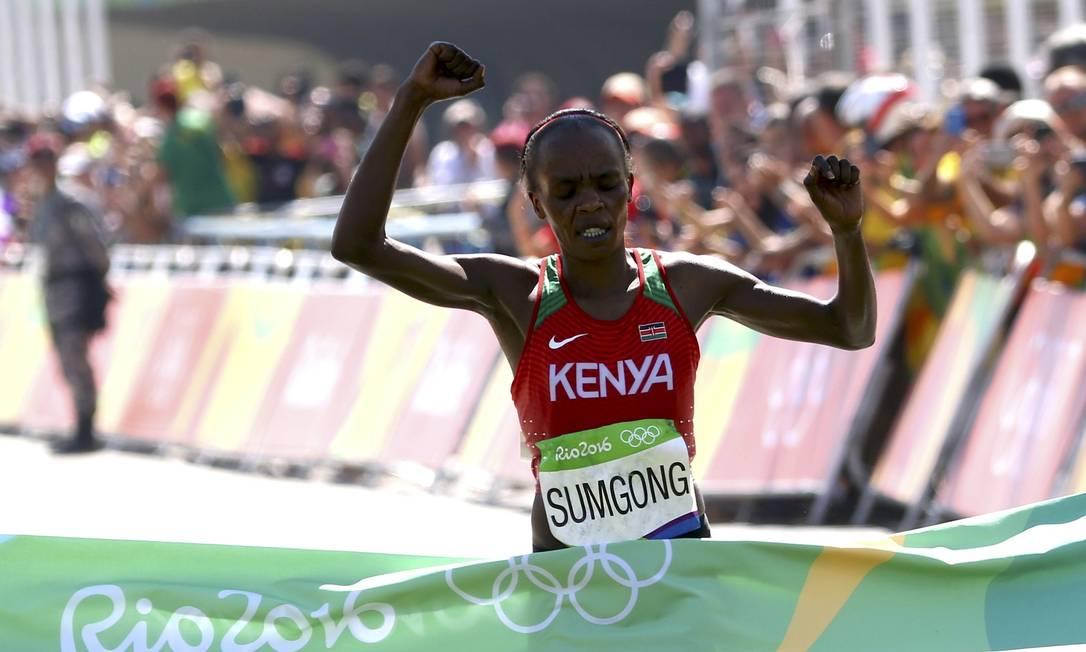 A queniana Jemima Jelagat Sumgong comemora ao cruzar a linha de chegada e levar a medalha de ouro na maratona feminina DAVID GRAY / REUTERS