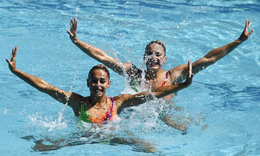 As atletas Iryna Limanouskaya e Veronika Yesipovich, da Bielorússia, durante as preliminares do nado sincronizado CHRISTOPHE SIMON / AFP