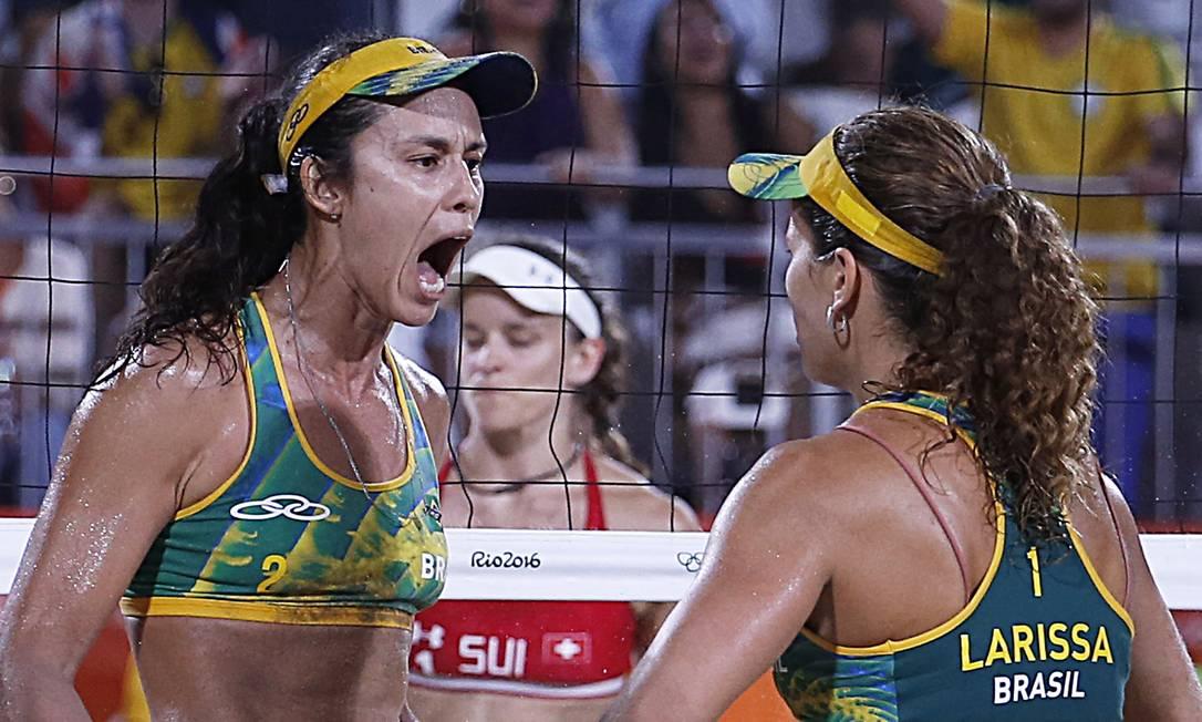 Talita (à esquerda) e Larissa venceram o jogo das quartas de final de virada Jorge William / Agência O Globo