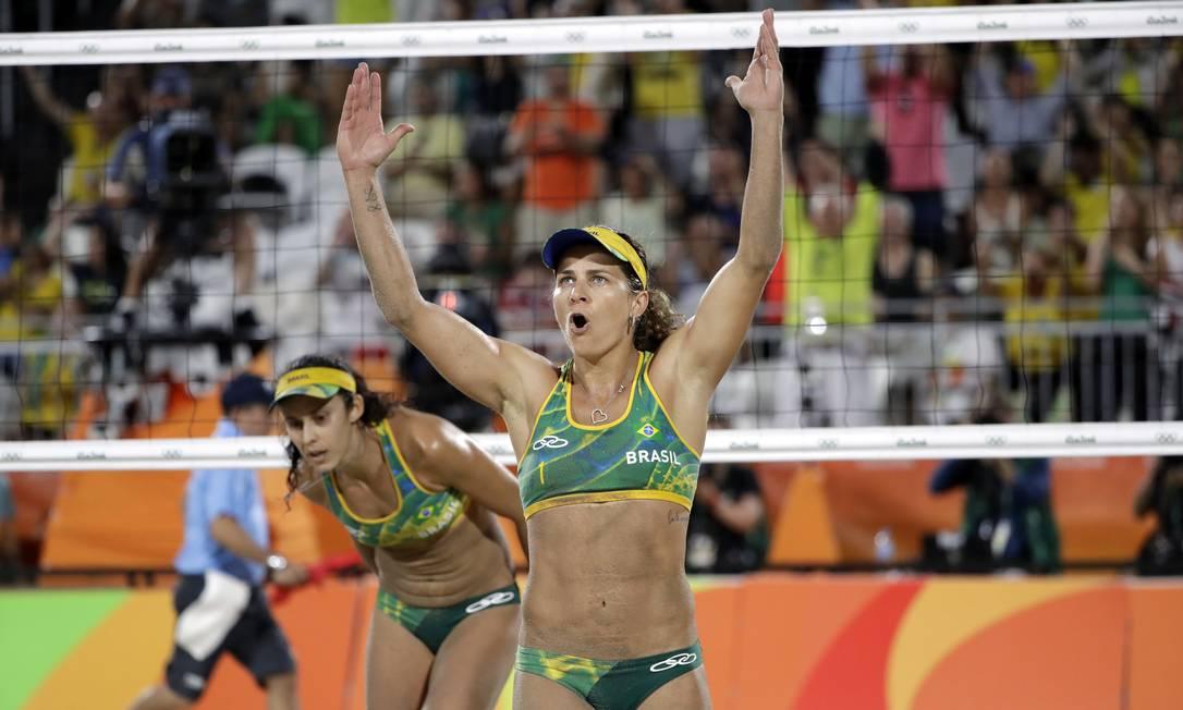Larissa e Talita pedem o apoio do público durante a partida, que foi muito dura Marcio Jose Sanchez / AP