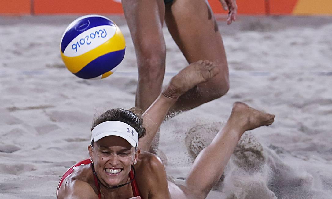 Jogadora brasileira observa o esforço da suíça em pegar a bola Jorge William / Agência O Globo