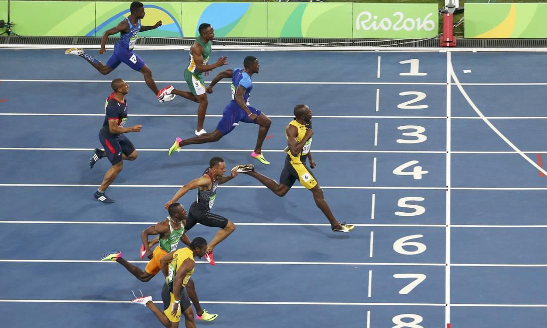 Usain Bolt à frente, próximo à linha de chegada CARLOS BARRIA / REUTERS