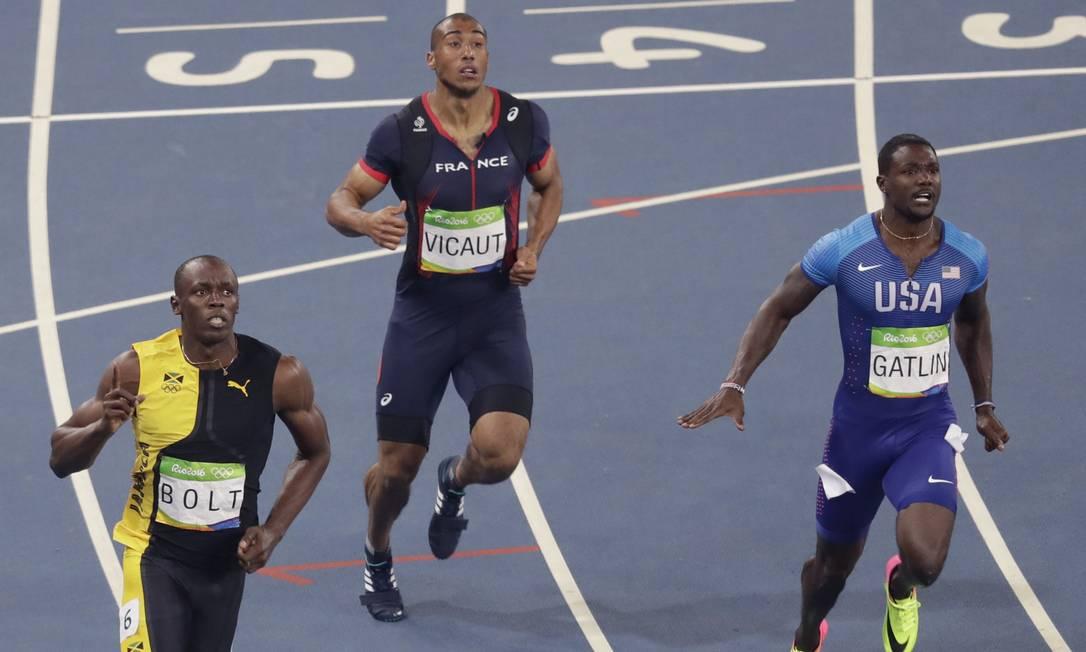 Bolt (à esquerda), Justin Gatlin (de azul) e o francês Jimmy Vicaut durante a corrida Luca Bruno / AP