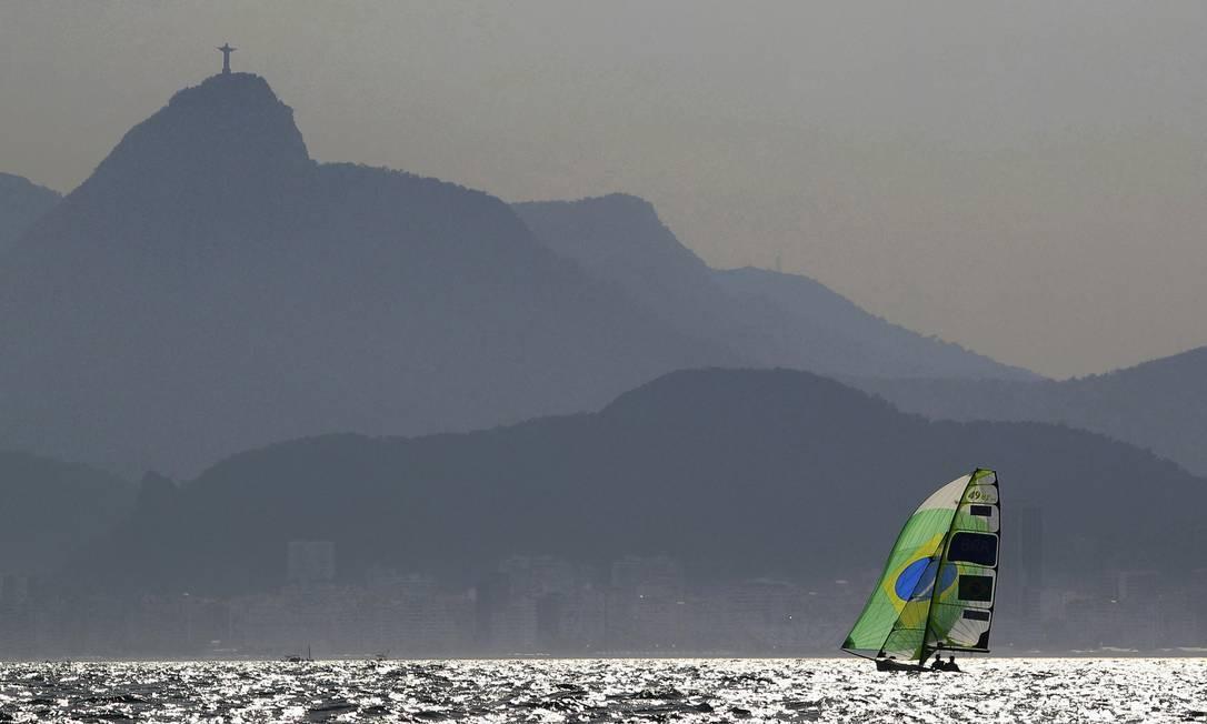 Com o Cristo Redentor ao fundo, os brasileiros Marco Grael e Gabriel Borges competem na regata da classe 49er BRIAN SNYDER / REUTERS
