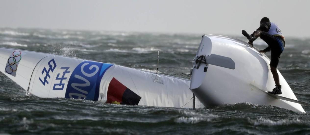 O barco de um atleta da Angola virou com o vento Foto: Gregorio Borgia / AP