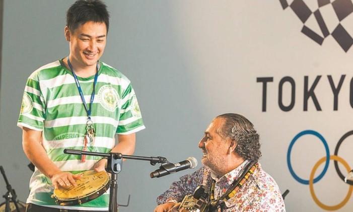 O japonês Keita Brasil e Moacyr Luz se apresentam junto ao Samba do Trabalhador, na Casa do Japão, na Barra da Tijuca Foto: Barbara Lopes / Agência O Globo