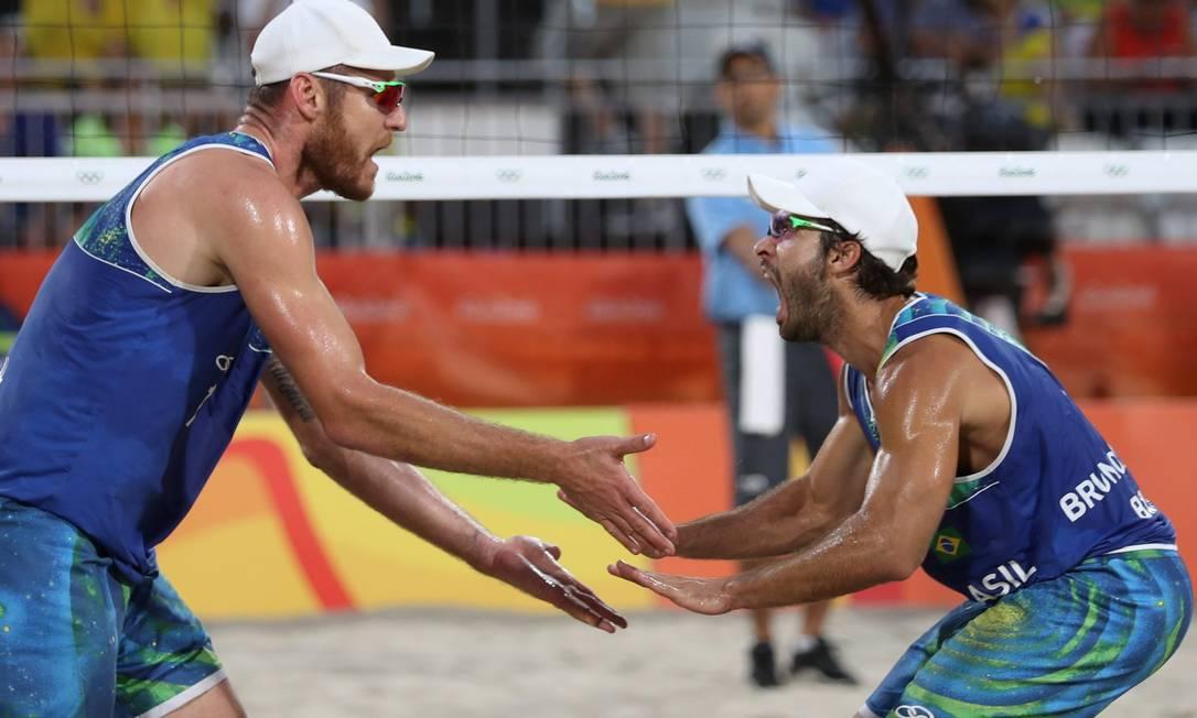 Alison e Bruno Schmidt vão disputar a medalha de ouro nos Jogos Olímpicos do Rio-2016 Marcelo Carnaval / Agência O Globo