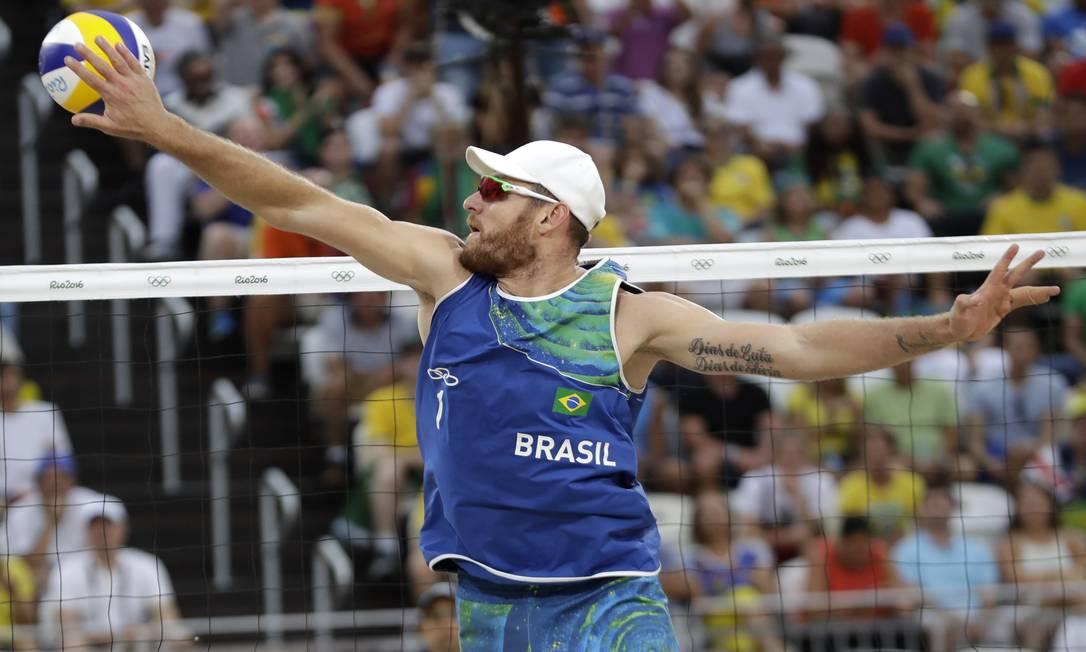 Essa é a terceira edição consecutiva de Jogos Olímpicos que terá uma equipe brasileira no pódio no vôlei de praia masculino. Ao lado de Emanuel, Alison ficou com a prata em Londres-2012 Petr David Josek / AP