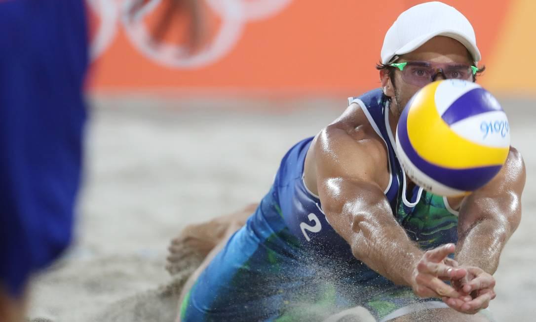 Bruno Schmidt defende uma bola durante o jogo que levou a dupla brasileira à final do vôlei de praia do Rio-2016 Petr David Josek / AP