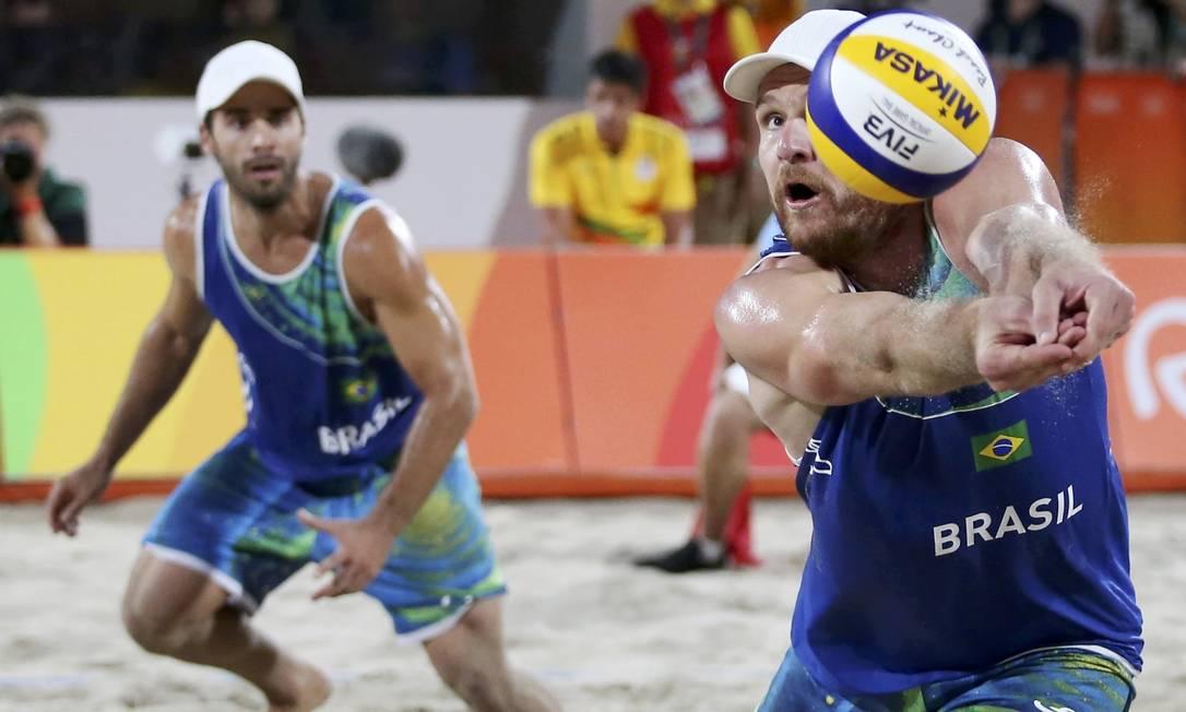 Bruno e Alison perderam o primeiro set da partida, mas viraram e conquistaram a vitória que os levou à final do vôlei de praia ADREES LATIF / REUTERS