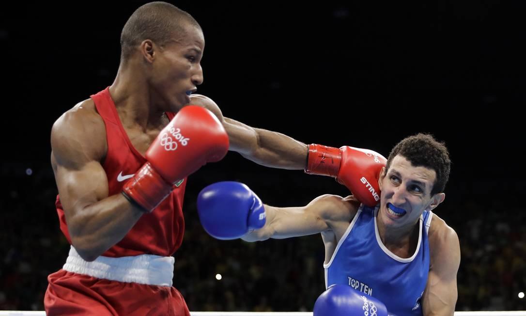 O baiano Robson Conceição conquistou o primeiro ouro olímpíco da história do boxe brasileiro ao derrotar o francês Sofiane Oumiha Jae C. Hong / AP