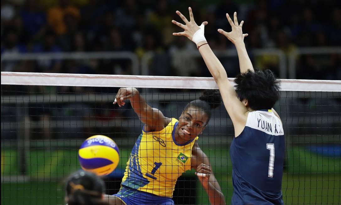 Fabiana Claudino lança uma bola para a quadra adversária. Brasil venceu o primeiro set por 25 a 15 Robert F. Bukaty / AP